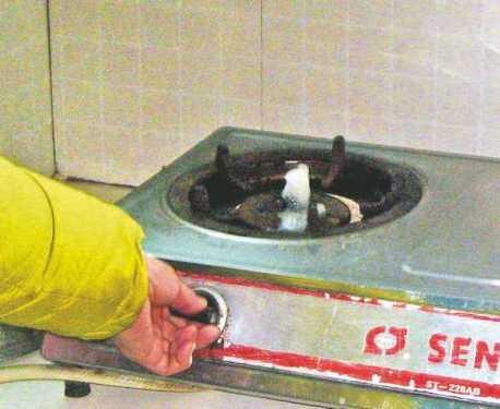 无奇不有 新买的燃气灶上冒出自来水