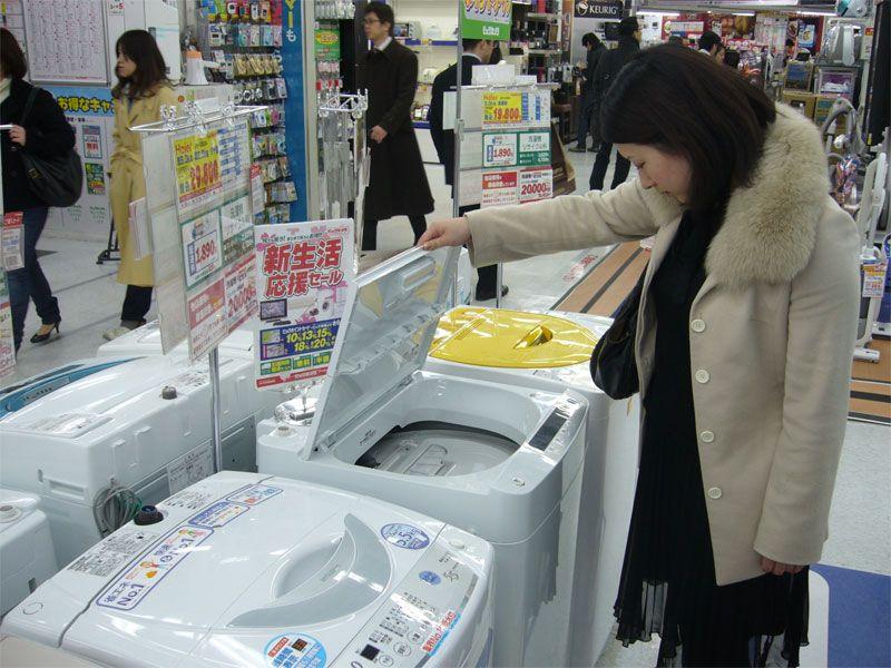 日本/图片说明:日本消费者正在卖场选购海尔洗衣机