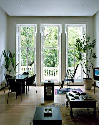现代欧式风格的客厅设计     窗外明媚的春光,透过大玻璃进入房间.
