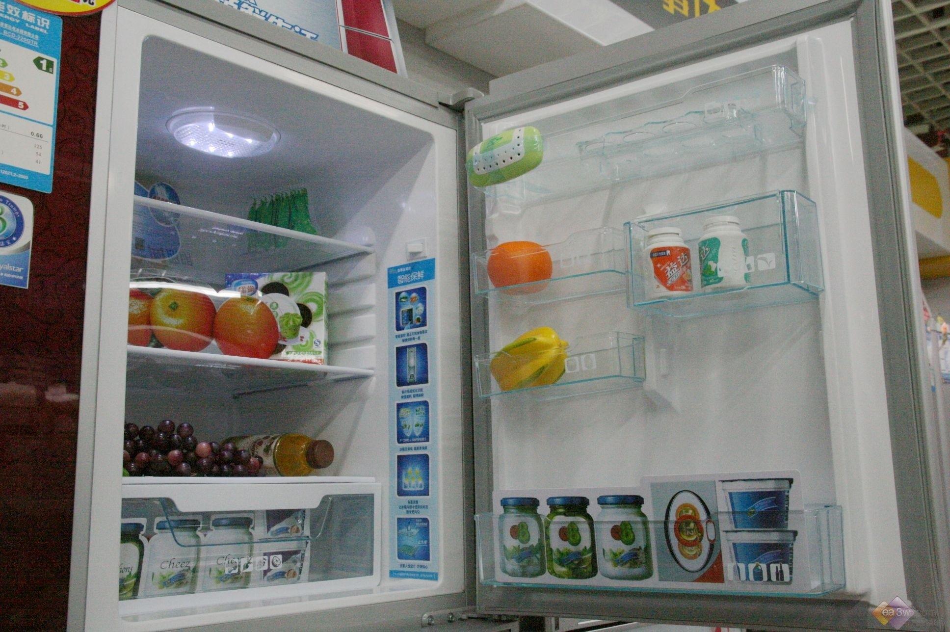 最近,天气逐渐变凉再加上金融危机的影响,很多原本打算买冰箱的朋友们都放弃了这一念头。但是最近很多卖场都在搞降价促销活动,原本冷清的冰箱市场似乎又热了起来。 今天,万维家电网给大家介绍一款荣事达热销的三门246L冰箱BCD-246GER,这款产品目前还有300元的小降幅,感兴趣的朋友一起来看看吧。  荣事达BCD-246GER卖场实拍 外观上,采用了极富中国特色的绽放花纹,配以独特的棕色高档弧形镜面门板,时尚的同时又不失古典气质。超大触摸液晶屏、电脑显示器,方便控制整个冰箱的运行状态。  荣事达BCD-24