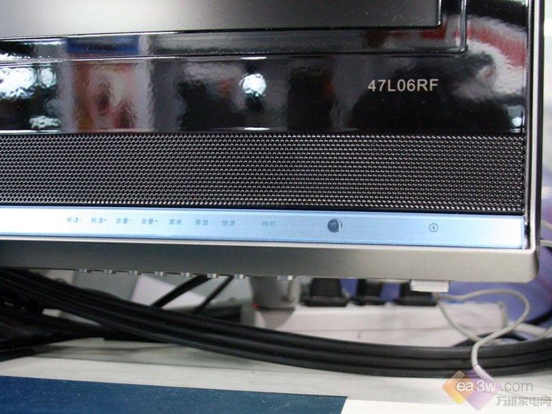 目前价格:15999元 预测价格:12999元   编辑点评:i-sport08系列是康佳专为2008年奥运会推出的一款运动高清珍藏版液晶电视,随着近来出现52英寸疯狂跌破10000元的势头,但由于这款产品在技术上的优势,所以仍然保持了较高的价位。不过,笔者认为随着岁末的到来,LC52DT08DC的售价依然会降价到12000元左右。  康佳i-sport08系列液晶电视   康佳LC52DT08DC液晶电视采用最新的无痕注塑工艺,实现了彩电产品外壳向高光泽、耐刮痕、免喷涂的跨越。整机外壳采用添加了等离子