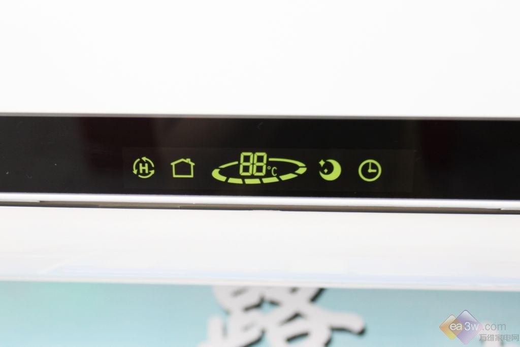 变频空调在近年来可以说是风生水起,在卖场的关注度上更是与日俱增,但在变频产品不断普及,市场份额逐年增加之时,变频产品的售价也开始越加的实惠。据了解,一款海信变频正在进行特卖,1.5匹3级能效仅售2798元,感兴趣的朋友不妨一起来看看吧。 海信 KFR-35GW/27FZBP-3空调面板设计简洁、百搭,白色的面板上搭配低调又高贵的金色花纹,让其简单而不简单。空调的显示屏则采用黑色条纹装饰,开启后就会自动进行显示。  特写  正面展示 I FEEL智能随身感 普通空调实际室内机上的感温器来感应室内温度的,感应