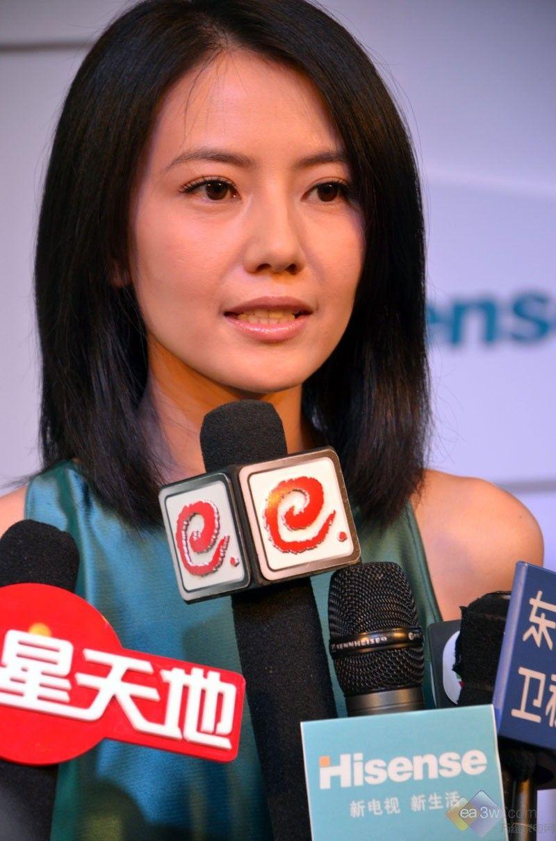 继海信发布首款首款个人移动智能电视ITV之后,海信与9月14日在北京召开新闻发布会,重磅发布了2011秋季新品X710系列大尺寸新一代智能电视。此次发布会上,海信还宣布确立新电视,新生活的品牌愿景,并启用知名艺人高圆圆作为海信云智能电视形象代言人,发起新一轮品牌运动,以期将时尚和年轻的元素嵌入海信的基因。   海信电器总经理刘洪新在发布会上表示,随着智能时代的到来,视频即电视的泛电视化特征将电视重新定义,主流消费群体年轻化趋势明显,市场竞争的重点已经从单纯的硬终端,转向产品应用和用户体验等方