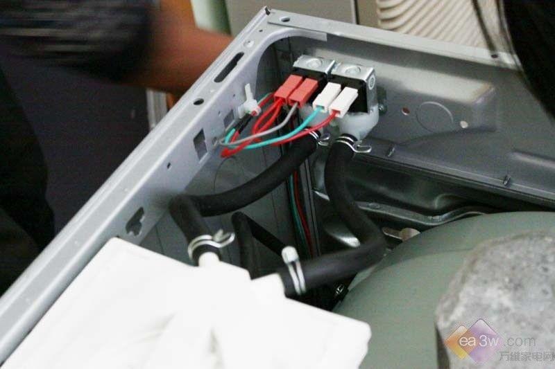对于中国消费者来说,波轮洗衣机是我们最早接触到的洗衣机,但是随着滚筒洗衣机的不断普及,越来越多的家庭开始青睐这类产品。滚筒洗衣机发源于欧洲,它模仿棒锤击打衣物的原理设计,因此洗涤的衣物无缠绕,衣物的磨损度较小。滚筒洗衣机相对于波轮来说有什么结构上的变化呢,它的构成是怎样的呢?为什么滚筒洗衣机特别沉呢?针对消费者的种种疑惑,万维家电网就来为您拆解一款滚筒洗衣机,让您直观的了解到滚筒洗衣机的内部结构以及部件构成!