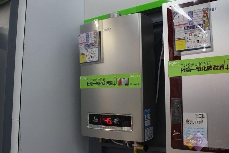 海尔热水器GS安全标准作为中国燃气热水器最普遍发生的安全问题的根本解决方案,在安全性上融入的核心技术如:CO防护系统确保用气安全;熄火保护装置杜绝燃气泄露;蓝火苗技术确保燃烧更充分。三大安全技术的融入保证了用户洗浴更安全、更放心。 此外,精确恒温技术的应用,将热水器出水水温精确、牢牢地控制在+-1以内,从而确保了用户洗浴时可持久保持始终如一的舒适感。 一:三大安全保障系统 1、一氧化碳安全防护系统   CO安全报警器实拍  海尔JSQ20-E2热水器底部安装有CO安全防护系统,时刻监测室内CO浓度,一旦超
