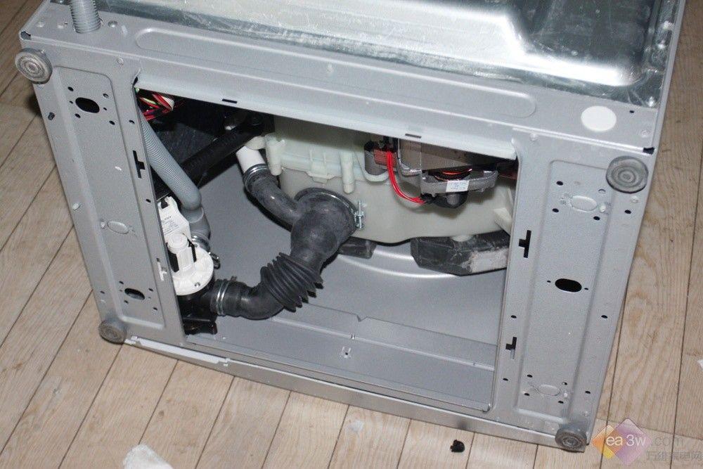 洗衣机的底部一览; 洗衣机排水阀是;