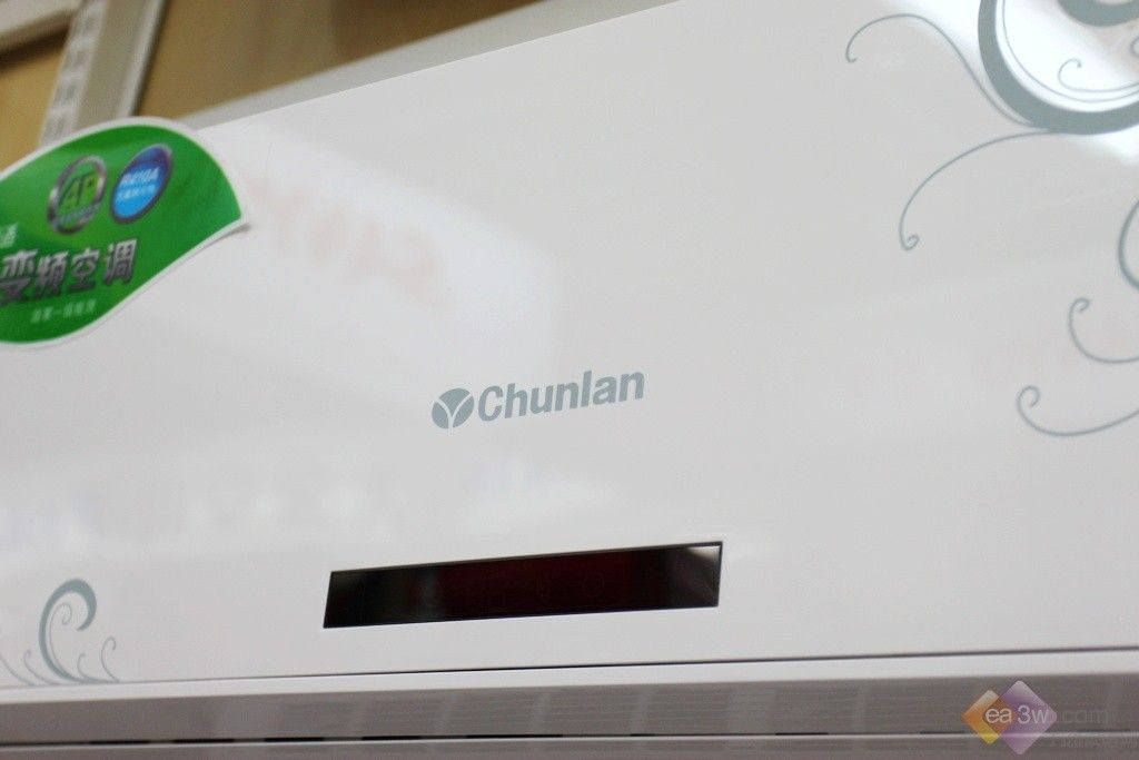 变频,一直是近年来卖场上的热点话题,而绿色变频更吸引了众多消费者的购买目光。据了解,春兰在2012空调市场推出了不同价格定位的绿色变频空调,突出健康、舒适、节能,让消费者体验全新的变频空调。今天,笔者就给大家带来一款春兰 KFR-25GW/AY1BPDWA-E3绿色变频空调,感兴趣的朋友不妨一起来看看吧。 春兰 KFR-25GW/AY1BPDWA-E3空调采用清新百搭的面板设计风格。空调的显示屏就设置在出风口上方,开启后就会自动进行运转提示。  侧面特写 春兰 KFR-25GW/AY1BPDWA-E3空调
