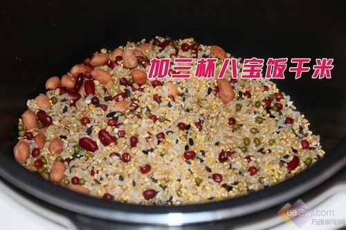 需要注意的是,电压力煲内胆对应几杯米的刻度线是用来焖制米饭的,如果