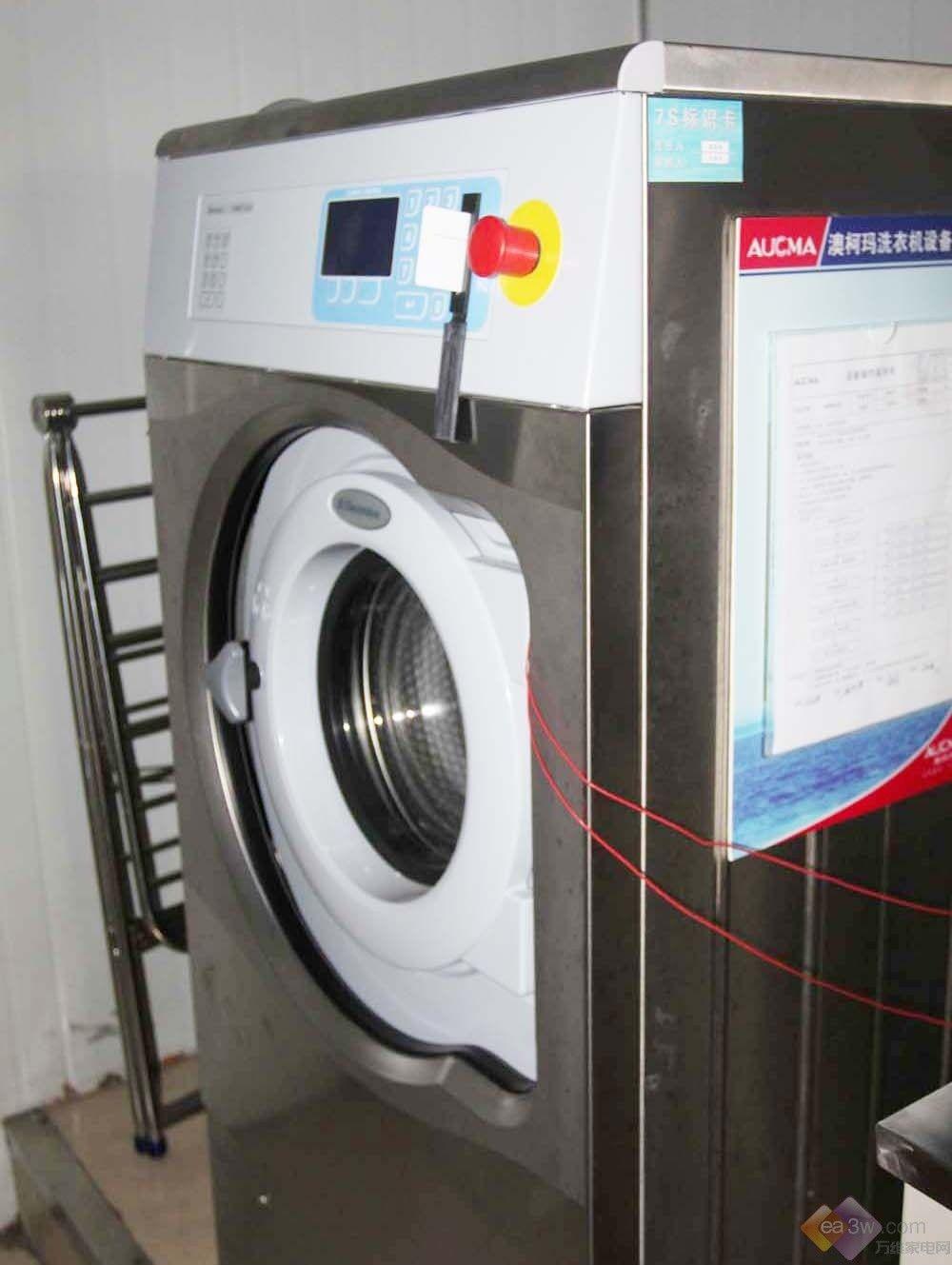 洗衣机从钢板、配件到成品,要经过多道严谨的组装工序,从生产车间到消费者家庭,要经历层层关卡,这样才能确保洗衣机的安全性与可靠性。那么一台洗衣机究竟要经受住什么样的考验,才能进入销售渠道呢?工厂对生产的洗衣机进行哪些抽样检验呢?万维家电网的记者近日来到了澳柯玛洗衣机检测中心进行实地参观,为大家带来最直观、详尽的报道。下面就跟随笔者一起来探秘澳柯玛洗衣机实验室吧!