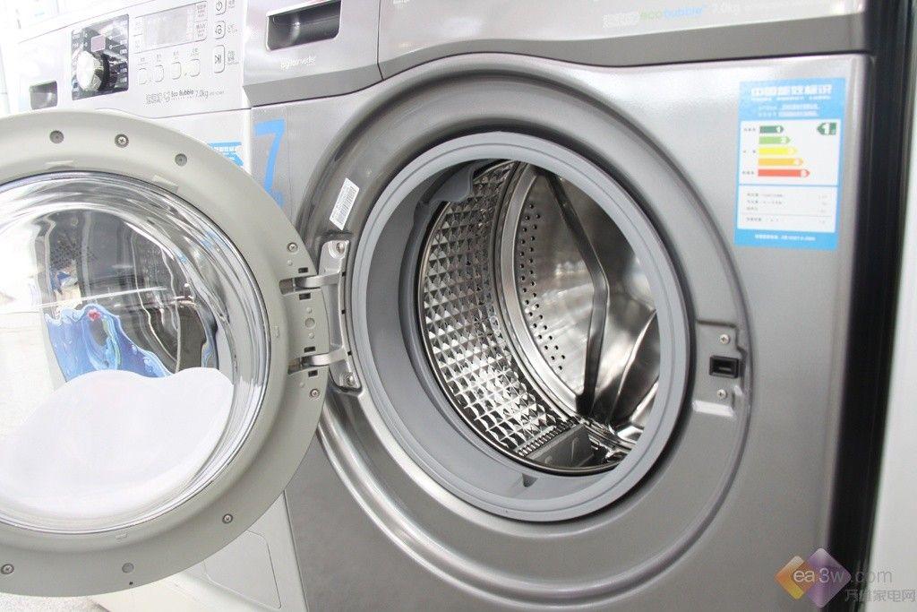 三星这款WF702U2BBGD洗衣机,是泡泡净系列的一款新品。采用的钛晶灰色的箱体,庄重而大气。惯用的抛光舱门圈,也增添了几分辉煌。7KG的洗涤容量,家庭使用也比较游刃有余。  这款新品洗衣机集三星所有卖点于一身,不仅省时,呵护衣物,而且采用的变频电机,高效静音。羊毛专用洗涤程序,是经过国际认证的。  泡泡净技术是这款产品的主要亮点。内置的泡沫发生器,在洗涤开始通过融合水、洗涤液和空气,从而产生大量泡沫,将衣物沐浴在泡沫中进行洗涤。而在整个洗涤过程中,泡沫也会逐渐减少,在最后漂洗时,更容易漂洗干净。
