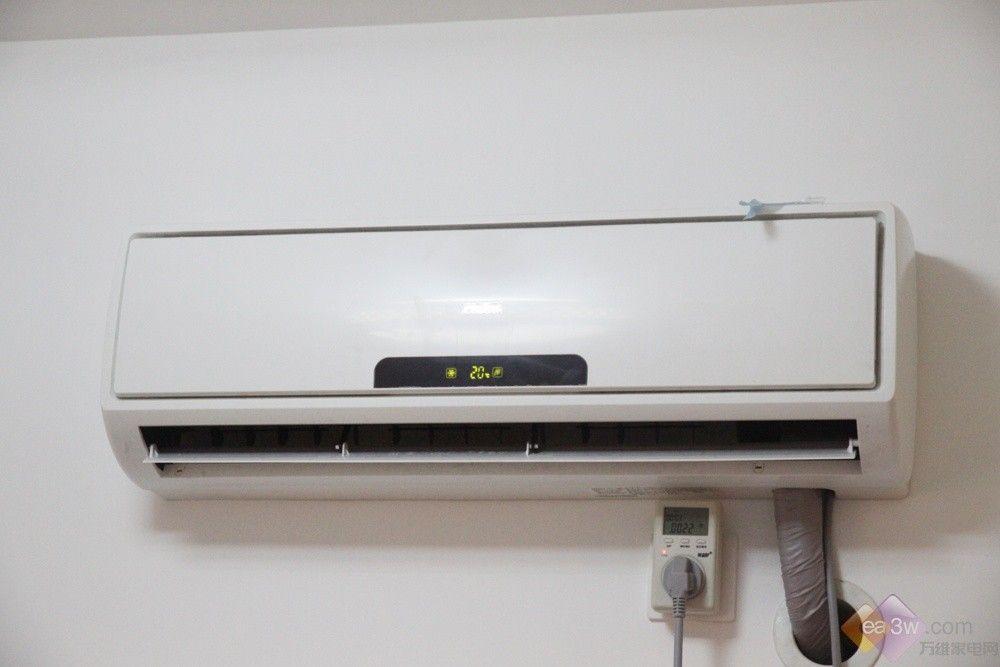 网友家中的这台KFR-26GW/01EBC24是一台大1匹宽带无氟变频壁挂式空调,它的外形设计非常时尚,全身白色的外观,点缀着淡色花纹,大方之中透着点高雅的味道。能轻易融入家居环境。室内机尺寸为780*265*187mm,重8.4kg,非常的轻薄。   在人性化设计方面,海尔空调KFR-26GW/01EBC24采用单导板技术,通过步进电机精确控制导板运行,根据人所处的位置,自由选择出风方向,既可上出风,又可下出风,空调风不直吹人体,健康舒适,能有效预防空调病。  在操作方面,姗姗了解到这台海尔空调非常简