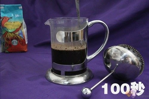 星巴克/倒入90度左右的热水,根据喜欢的口味浓度来决定。一般来说,...