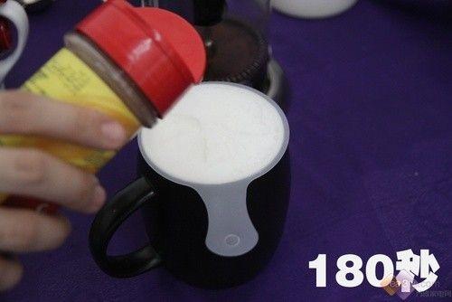 星巴克/将奶泡放入最上层,遗憾我们没有专业打奶泡的设备,所以奶泡的...