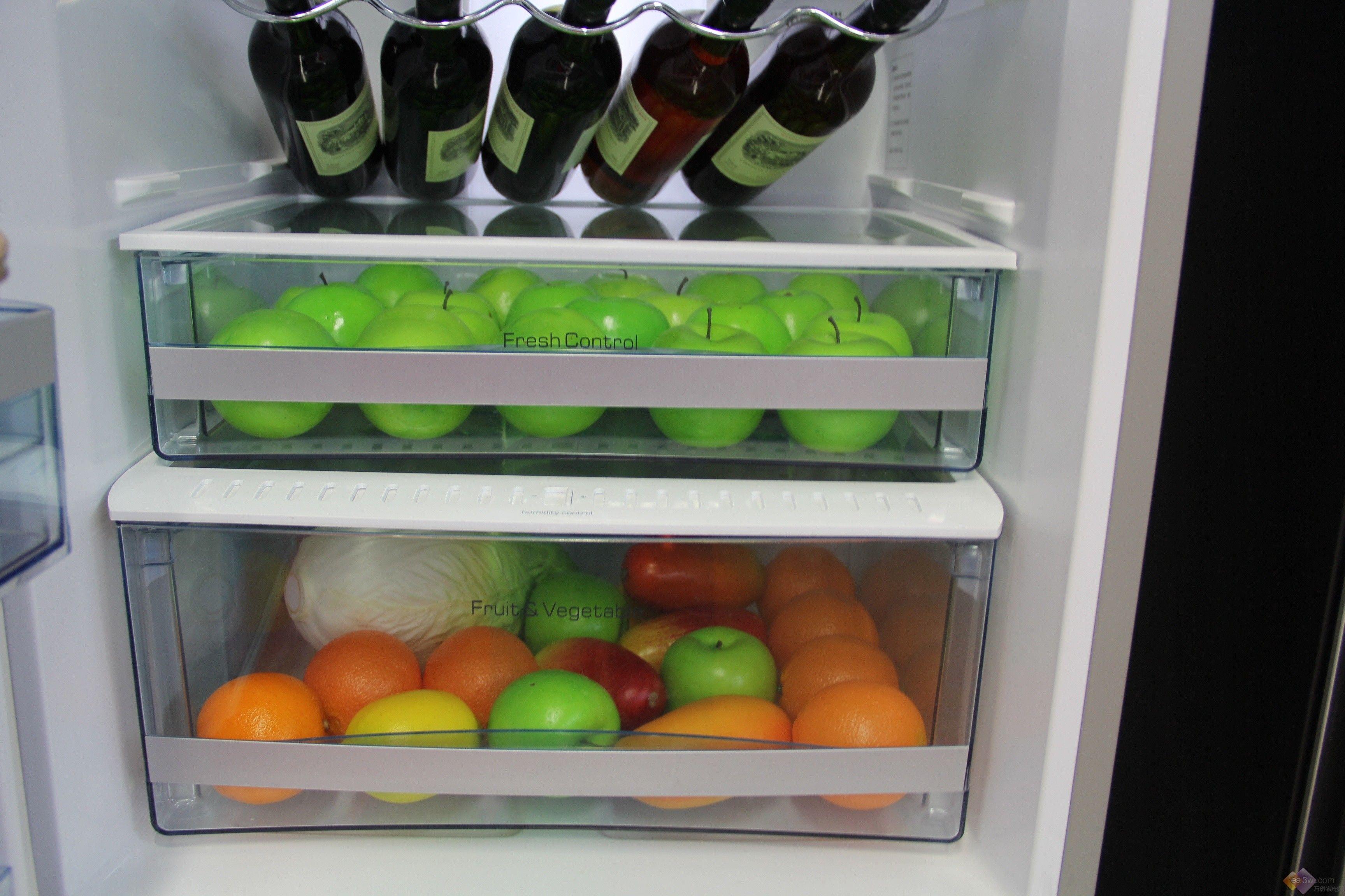 卡萨帝作为海尔旗下的高端品牌,一直专注于打造高端产品,其推出的多款卡萨帝冰箱,均是价格不菲,却又吸引着消费者的关注。今天,小编就给大家推荐这款卡萨帝BCD-318WSCV冰箱。  卡萨帝BCD-318WSCV冰箱采用欧式白色外观设计,配以纹饰,简约不凡一览无遗;面板上配以触摸式按键和液晶显示屏,天衣无缝的融合,各种功能选择和设置方便快捷。  冰箱冷藏室内装有通透式LED照明灯,冷光源,高亮度,全方位无死角照明;它配有一个可调节酒架,满足用户储放酒类的需求,人性化设计由此得以彰显;搁架可上下移动,不同大小的