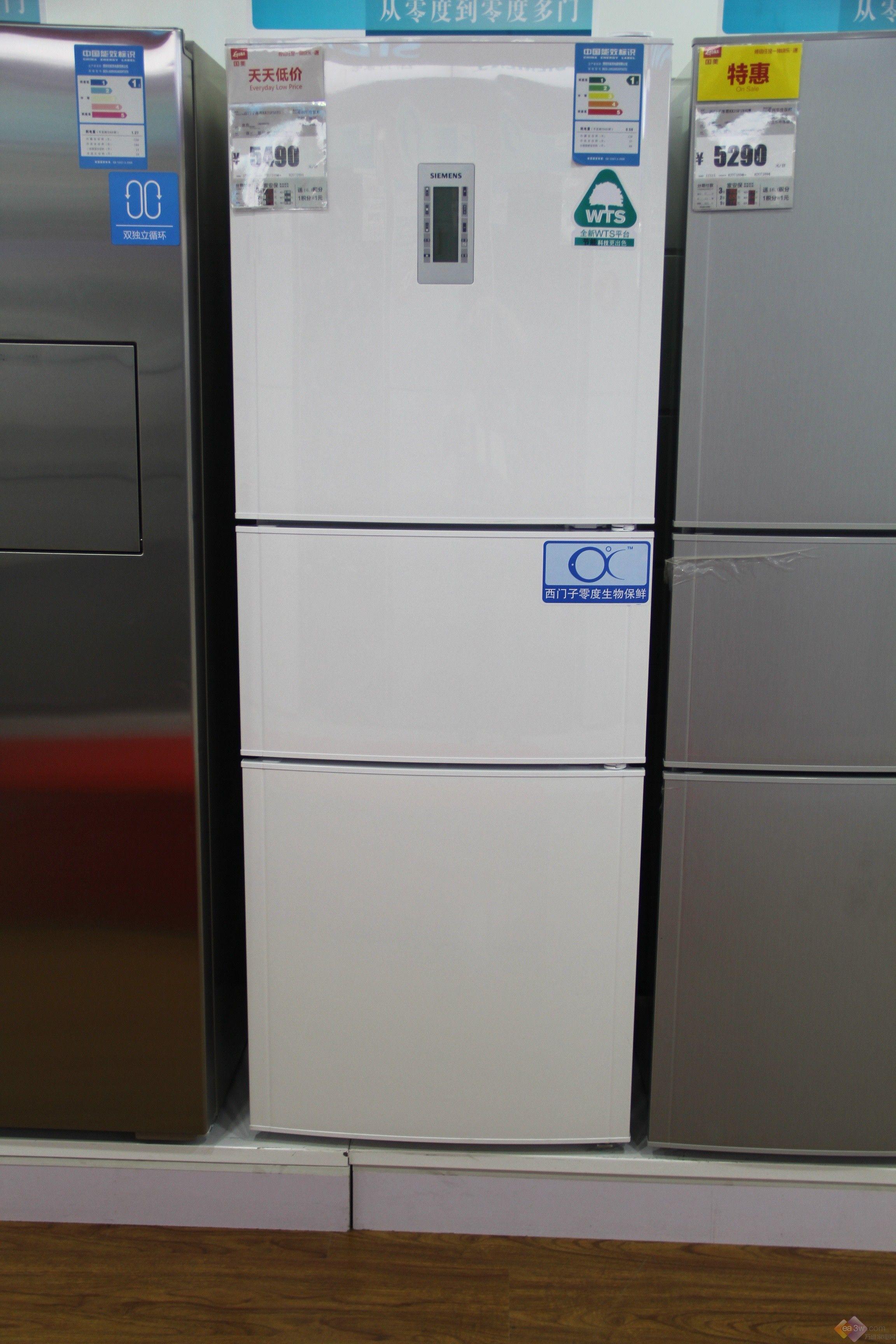 保鲜对于一款冰箱来说是至关重要的,所以说各商家也都在保鲜技术的研究上花费很大精力。西门子推出了一款冰箱产品,这款产品使用了先进的零度生物保鲜技术,感兴趣的朋友一起来了解一下吧。西门子KM40FSS9TI多门冰箱采用全新欧式无框玻璃门,点阵型外观设计,搭配通透玻璃质感,极致简约设计让有限空间无限可能。采用高温无机油墨丝网印刷,较普通低温有机油墨更为稳定。欧式铝合金把手的使用,更加时尚大气,无缝纯平表面,感应式