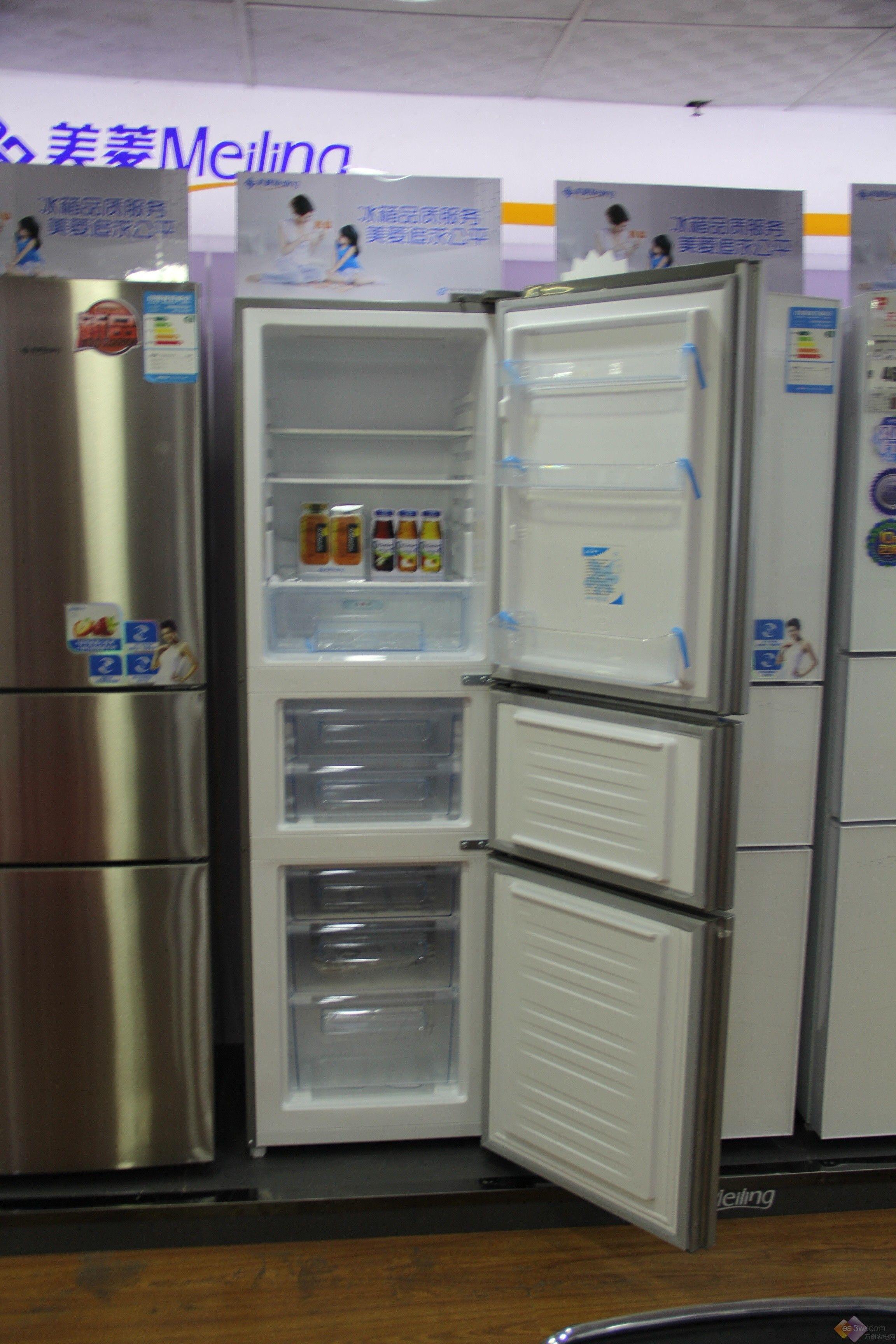 BCD-221ZE3CK软冷冻三门冰箱。  美菱BCD-221ZE3CK冰箱采用仿不锈钢金属拉丝钛银面板,时尚个性一一凸显;面板上置有触摸感应式按键,LED液晶显示屏,指尖轻触感应键,轻松惬意的操控,冰箱工作状态了然于胸。  冰箱内部采用透明内饰,通透明亮,温馨和谐气氛由此打造,冷藏室空间设计合理,适合储存各种不同大小的食物,冷冻室是抽屉式的,使食物冷冻有所分类,有效避免串味。  美菱BCD-221ZE3CK冰箱应用了三温区系统,冷藏室、冷冻室还可单独关闭,省电、省心。自动速冻,快速制冷,食物营养不流失,