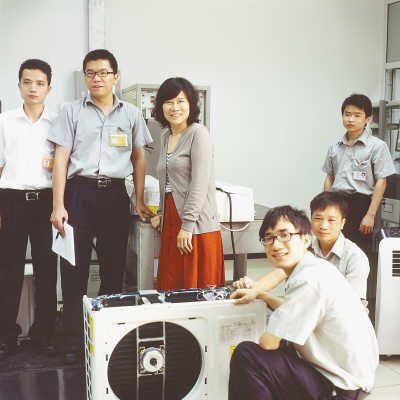 格力电器董事长董明珠与技术研发人员在一起。