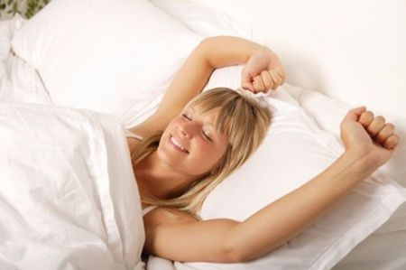再右侧卧伸懒腰,最后仰卧伸懒腰,使关节充分伸展,再慢慢起床.