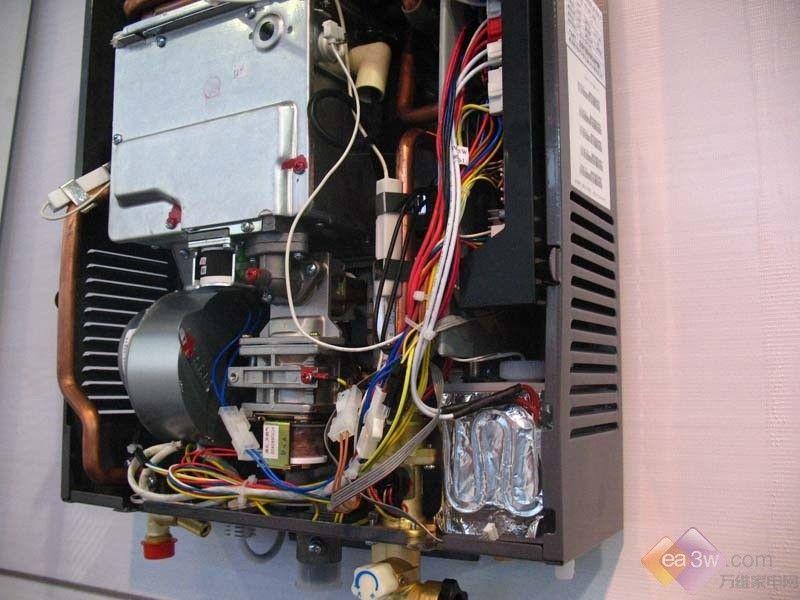 畅享热水器结合了储水式热水器出水量充足和即热式热水器制热快速的优点,而且操作简便,包括开关机在内只有三个按键,使畅享在加热速度与热水出水量方面得到更大提升。    以容积仅为30升的热水器为例,可以出196升的洗浴热水,满足了消费者对洗浴的更高需求,是海尔定位高端市场的力作。海尔畅享热水器新品市场售价为3480元-4280元。