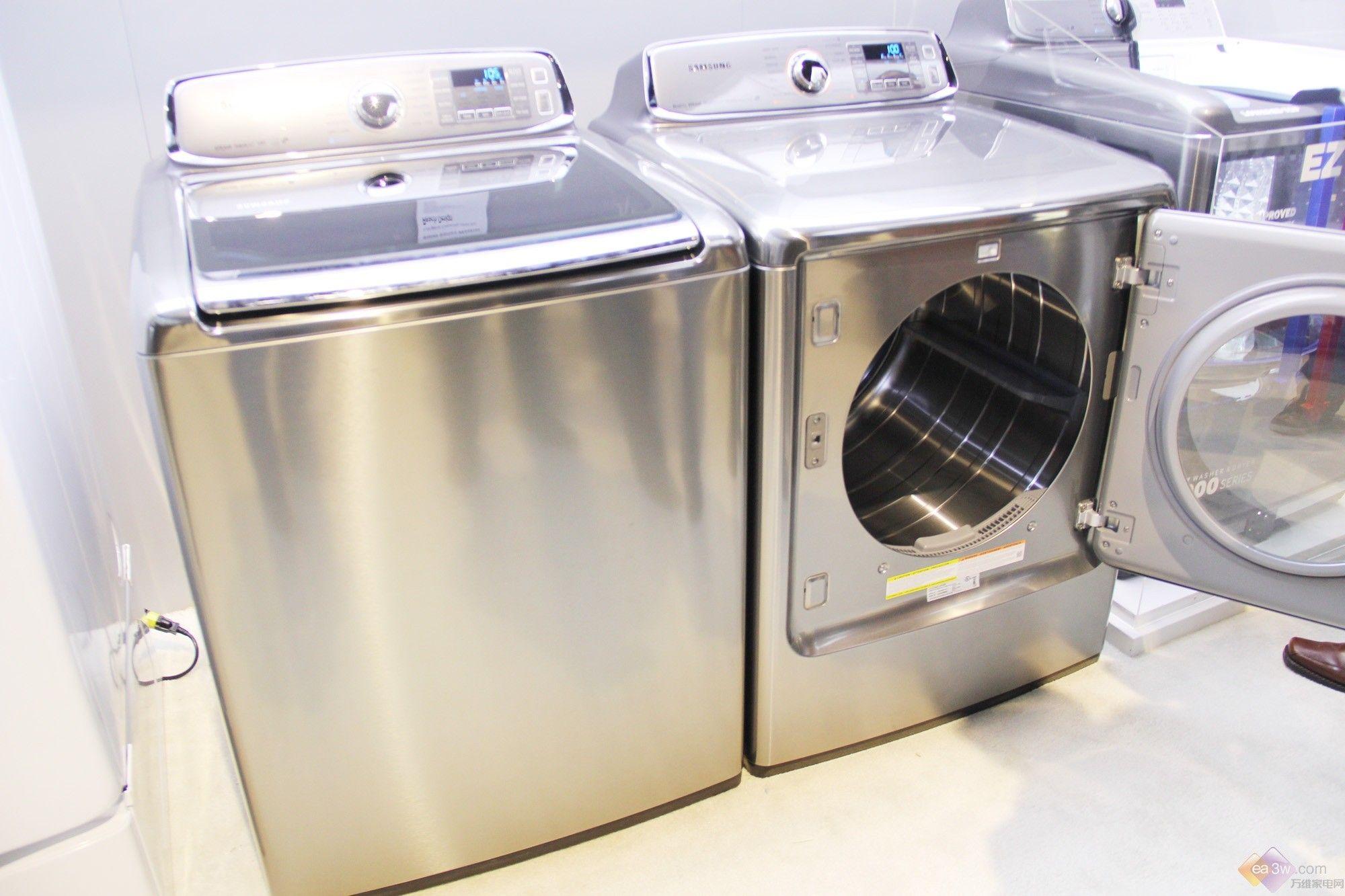 【万维家电网 美国拉斯维加斯报道】当地时间1月7日,北京时间1月8日,一年一度的CES盛宴在美国拉斯维加斯拉开序幕,包含了IT、家电以及新型的科技产品。三星在此次2014CES展会上带来了众多智能家电产品,在冰箱方面,此次展会三星带来了WF9000滚筒式洗衣干衣组合以及WA9000波轮式洗衣干衣组合。  三星WF9000滚筒式洗衣干衣组合拥有惊人的超大容量,约25kg洗涤容量(约160升)的洗衣筒和超大容量的烘干筒(约270升),使消费者能够轻松应对大量的洗涤工作。比如,同时清洗2张特大号棉被,使用WF9