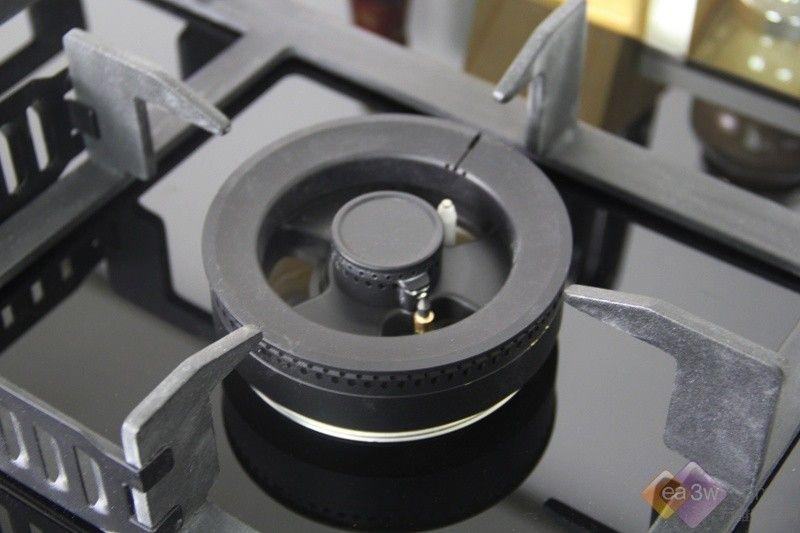时尚平板设计 美观易清洁      美的JZY-MQ7657-G包装相当厚重,正面书写本产品由保险公司承保,也是为安全性做宣传的吗?包装箱内部采用了泡沫固定,支架以及燃烧器都有固定的位置稳定摆放,并与主面板分离,保证运输过程中不被损坏。打开后,第一层是灶具相关配件,第二层就是灶具主体了,还有开孔模板、说明书等。   美的MQ7657-G采用了三层防爆钢化玻璃面板,优点是非常时尚,雅致美观,平板设计,没有凹凸槽,消除清洁死角,一抹即净。不过也免不了所有玻璃面板收集指纹的癖好,建议经常擦拭,必定每日光亮如
