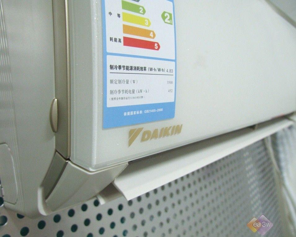 智慧眼展示 空气滤网 这款直流变频空调还设计健康室内空气的空气滤网,除此之外还特别设有健康的UP-钛光催化过滤网,能够有效的过滤室内的空气,通过光合作用分解室内的有害气体与物质,健康室内环境的同时他也健康了用户的使用。UP-钛光催化过滤网设置在空气滤网的下一层,打开空气滤网后即可看见UP-钛光催化过滤网。用户需要清洗时可以同拆卸下来,方便、快捷。   打开面板滤网展示  整个滤网展示  UP-钛光催化过滤网 智能防霉运转 产品还拥有智能防霉运转的设计,当用户开启这一功能后空调会自动的运行干