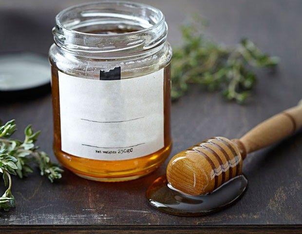 蜂蜜无保质期,这个前提是蜂蜜必须足够的纯。美国考古学家在古埃及的金字塔中发现了一坛3000多年前的蜂蜜。这坛蜂蜜至今没有变质,也没有干燥成块状,仍然可以食用。所以说,蜂蜜是没有保质期的。 但蜂蜜又是有保质期的,国家在06年实行的GB18796-2005蜂蜜生产标准中,强制要求蜂蜜企业在蜂产品上标明是两年。多数企业也标的是两年。有些蜂蜜企业标的是18个月。如果你看到蜂蜜结晶,其实并没有什么,可以食用。结晶只是状态的不同,并不影响质量。如果你的蜜足够纯。看起来应该没事,那些蜜毕竟是在冰箱里放着的。 什么样