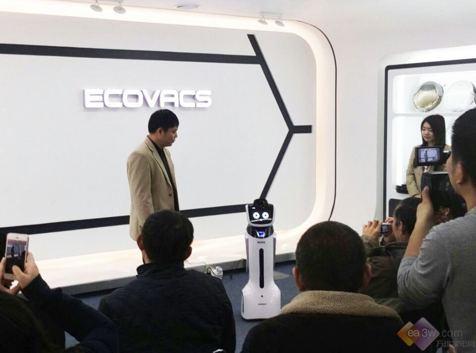 2015年1月20日,科沃斯首款智能化导购机器人旺宝在总部苏州举行了媒体见面会。来自全国的媒体朋友云集现场,参与了新品演示、参观操控后台以及门店实探等系列活动。在现场,科沃斯品牌创始人钱东奇告诉记者,你一定会被旺宝的外表吸引,但旺宝能做的远不止这些。  见面会上,工程师为媒体朋友们详细介绍了这款导购机器人。这款导购机器人身高大约70公分,形象可爱。旺宝不仅仅能根据心情随时变换表情,还能通过屏幕进行视频播放。旺宝从功能上实现了对导购客服团队的直接管理,使线下渠道扁平化,提高了导购反应速度和效率。导购员团