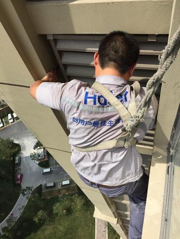 重庆海尔中央空调维修工人