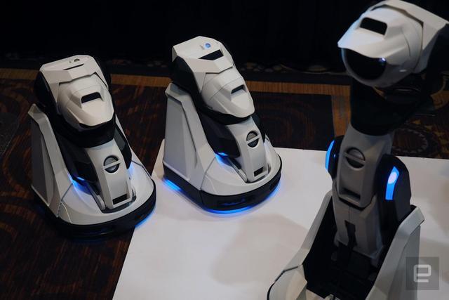 这款投影机器人可变形 还支持手机进行遥控