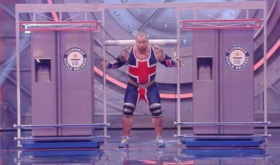 大力士肩挑450公斤冰箱行走20米破世界纪录