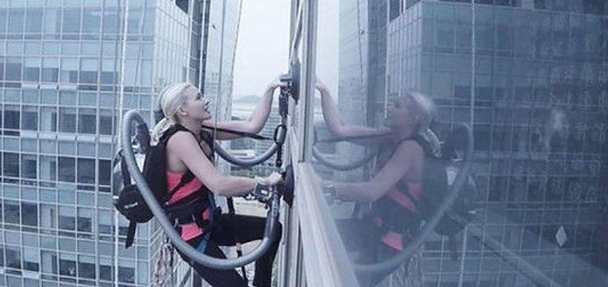 挑战极限?攀岩运动员靠吸尘器爬百米高楼