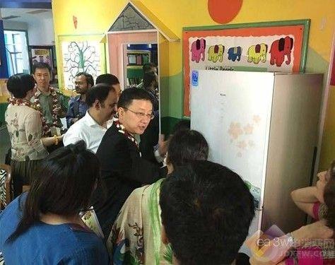 中国驻印度大使馆向印度幼儿园赠送海尔冰箱