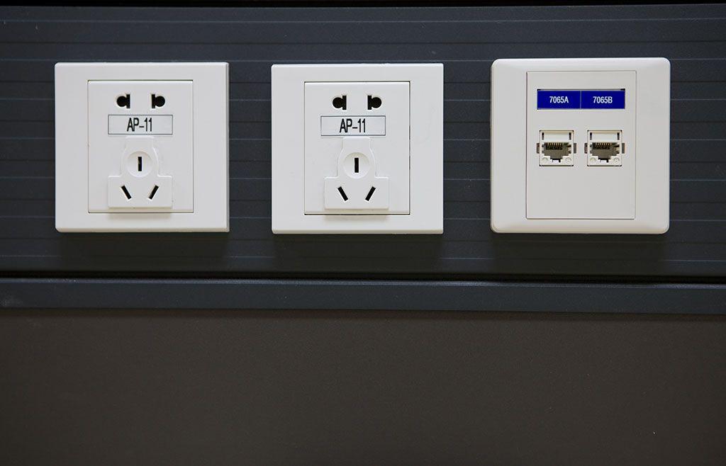 图片来源:百度图片   Part2:煮食环境保安全 厨房空间插座规划   厨房应根据建筑装修的布置,在不同的位置、高度设置多处电源插座以满足抽油烟机、消毒柜、微波炉、电饭煲、电热水器、电冰箱等多种电炊具 设备的需要。   1、插座安装要点   厨房内插座应为防溅插座,加上厨房使用的电器较多,微波炉、冰箱、抽油烟机等,因此,厨房的插座宜组成单独回路,不能与其它插座混连。   2、插座的安装高度   参考厨房操作台、灶台、置物台、洗菜台布局选取最佳位置设置抽油烟机插座、电热插座。抽油烟机插座距地2.