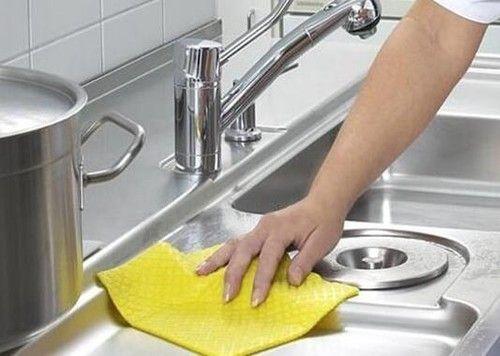 厨房油垢污渍清洁不再难 用对工具有诀窍