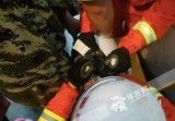熊孩子钻进洗衣机被困 消防锯开甩干桶救人