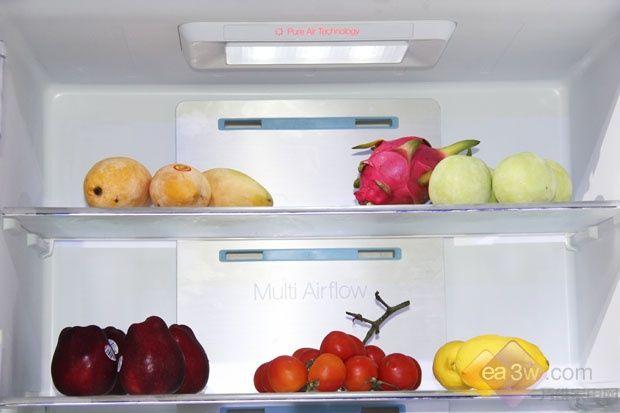 在TCL十字四门风冷冰箱中,创新的空间体检也是此系列冰箱的另一大亮点。干湿存储为虫草、茶叶等特殊食品提供最佳储藏空间,珍品智能提醒成为女主人的贴心管家,随时提醒每种食物的最佳食用期限。冰箱也同时考虑到了特殊家庭成员,特设有母婴专区,妈妈们再也不用担心母乳和幼童辅食的储存。 这款冰箱还具有珍品智能提醒功能,可设置1~96周智能存储提醒,确保珍贵食材在最佳食用期内智能提醒用户食用,比如蛋类1-8周智能提醒,防止用户遗忘蛋类最佳食用保鲜期。此外,还配有独有的婴幼儿专区,设置无菌不发酵的3,特设一键