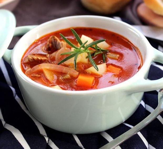 土豆,胡萝卜,西红柿 辅料:黄油,葱姜,香草碎,盐,番茄酱,胡椒粉 罗宋汤