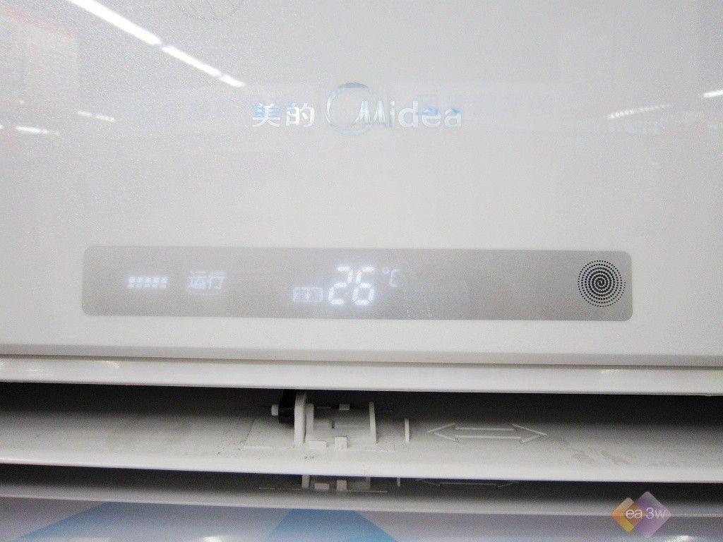 空调有温馨白和神秘黑两种面板色,用户可根据自己的喜爱对产品进行挑选。空调室内机的体积为850*300*200mm,大小适中,可适合不同的室内环境使用。   正面展示   打开后左右侧展示(点击查看大图)   面板花纹细节展示(点击查看大图) 美的 KFR-26GW/BP3DY-I(2)的显示屏设置在出风口上方的正中间位置,按住遥控器上的开键,听到提示声嘀后,便打开空调,显示屏会对运转模式和室温进行时时的显示。  显示屏展示  显示屏开启后,第一项动态的显示屏纹是显示空调的耗电情况,当显示耗电多时则会有多