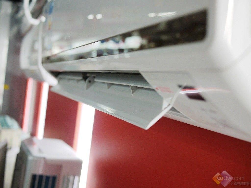 空调面板设计比较简单,传统的白板没有过多的装饰,整体感觉非常简洁,同时空调也运用了时下流行的镜面作为空调面板的装饰,在出风口上方,以横条的形式与面板搭配。空调室内机的体积为770283201mm,大小适中,可适合不同的居室来进行安装。  正面  左侧面  右侧面 格力 KFR-26GW/Q(26550)FdNA1-N4空调采用自动广角送风、上下定格扫风,用户可根据自己的需要对空调的出风角度以及高低等进行调节,有效的快速调节室温,舒适我们的使用。  出风口展示 格力 KFR-26GW/Q(26550)Fd