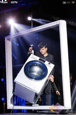 挑战平衡不可能:运行中的海尔洗衣机斜立在画框里