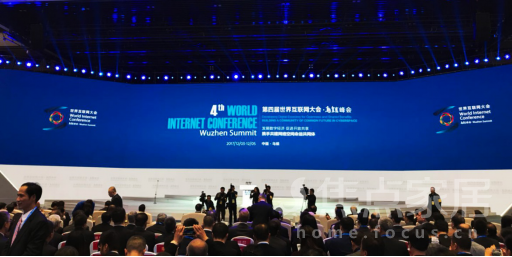 12月3日10点30分,举世瞩目的第四届世界互联网大会在浙江乌镇盛大开幕。本届大会以发展数字经济,促进开放共享携手共建网络空间命运共同体为主题,共有来自全球1500多位嘉宾,400余家知名互联网企业和创新型企业在浙江乌镇参会,展示世界互联网最新发展趋势和前沿技术。   新时代中国特色社会主义的行动纲领和发展蓝图,提出要建设网络强国、数字中国、智慧社会,推动互联网、大数据、人工智能和实体经济深度融合,发展数字经济、共享经济,培育新增长点、形成新动能。作为本届大会的重要功能板块,第四届世界互