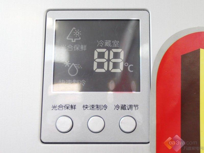 三星BCD-212NKSS的容积是212L,这款冰箱在保鲜方面有较好表现,光合保鲜技术保证其保鲜的效果更加卓越。      产品特性:  独特的光合保鲜技术,通过内置的光波发生装置,持续释放出特定波长的光波,为果蔬进行光合作用提供必需之条件。  运用LED的显示屏,清晰美观,更方便操作。  箱内灯光方面,采用高亮顶灯,光线柔和明亮的高档顶灯,使视线无遮挡。  属于电脑温控冰箱,使用更方便。