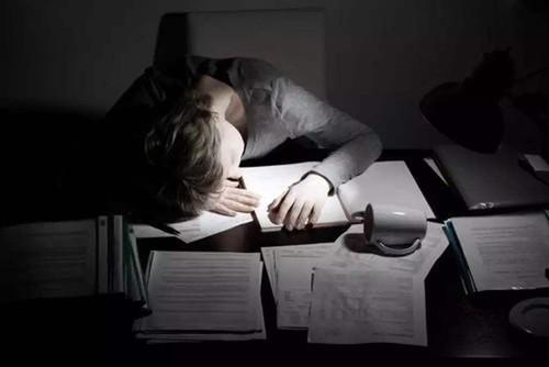 长期熬夜后患无穷 这些都是你在变丑的信号