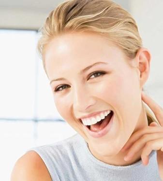 充满自信的灿烂笑容,怎能少得了一口好牙的帮衬