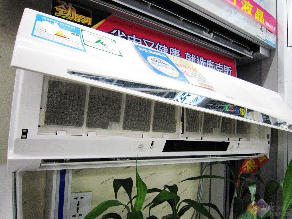 空调采用单页导风页设计,用户开启后叶片就会自动的向内滑动,这样既保证了空调出风的风向柔和,同时也减少了空调突然的制冷或是制热带来温差的不适应。  出风口导风板展示 奥克斯 KFR-23GW/SD-1空调的面板采用的是可拆卸的设计模式,在用户长期的使用后,需要对内部的滤网等进行清理时,从两侧打开空调面板便可对拿下滤网清洁内部结构。  开启面板情况  显示屏所在位置(样机展示)   打开后的内部滤网(点击查看大图) 使用小常识: 长时间使用空调后,空调内部的滤网会挤压很多灰尘以及细菌,这样不但影响空调在日常使