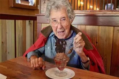 美国90岁老太竟可以大口吃冰,她究竟有什么养生诀窍?