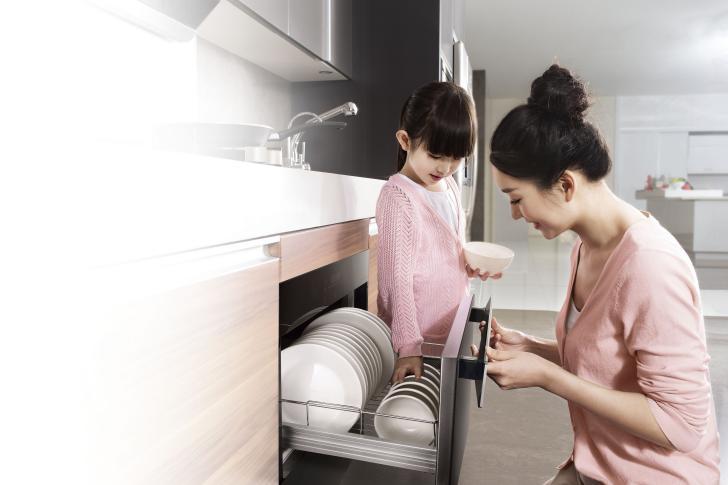 从老式橱柜、碗拉到方太消毒柜,三代人的梅雨记忆