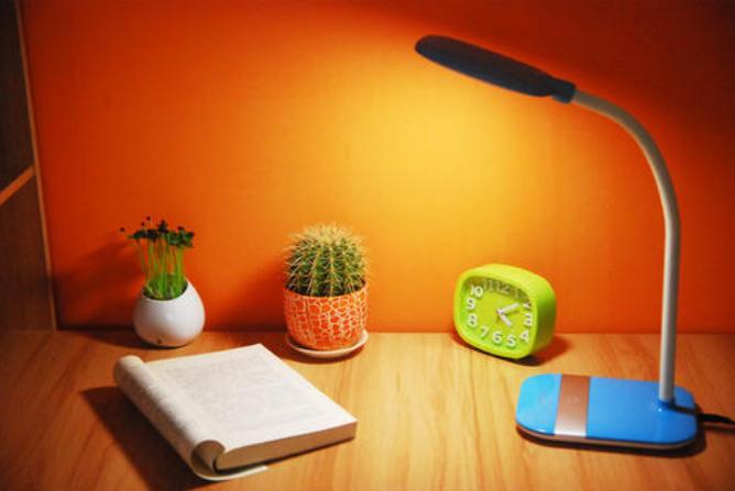 趣挑战:台灯除了能用来看书写字,原来还能这么玩