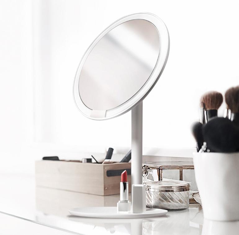 LED化妆镜好用吗?昏暗室内环境下化妆也没在怕的!